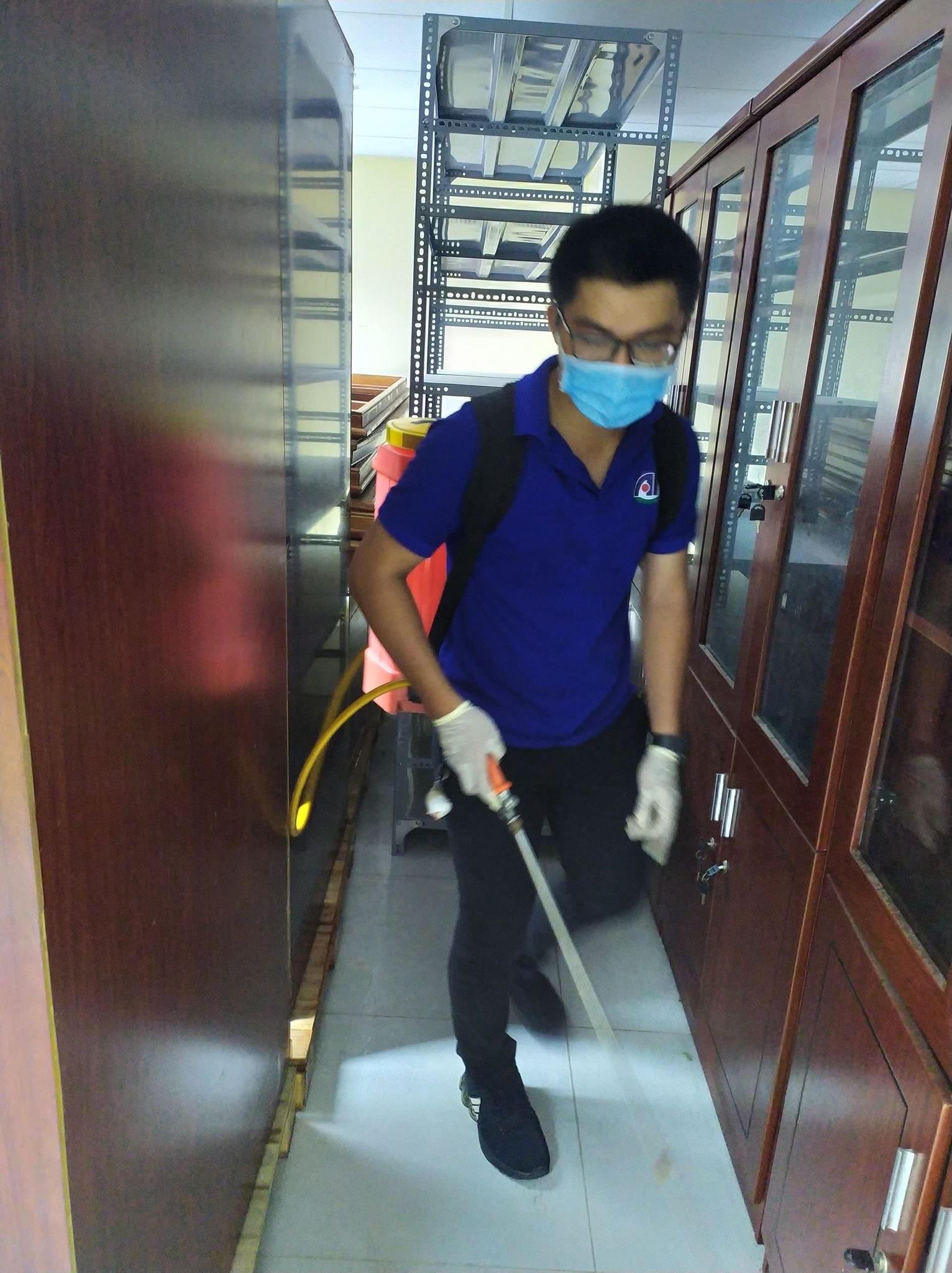 Nhân viên công ty Anh Thư đang thực hiện phun thuốc